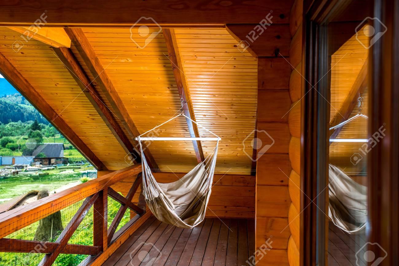 Beeindruckend Balkon Hängematte Galerie Von Hängematte Hängt Auf Dem Im Standard-bild -
