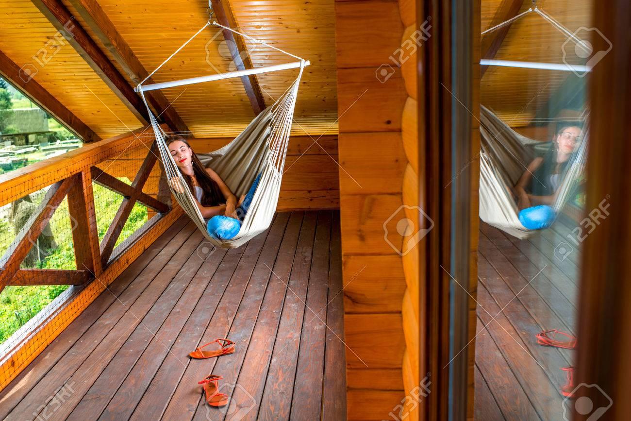 Junge Frau In Der Hangematte Auf Dem Land Auf Dem Balkon Bei
