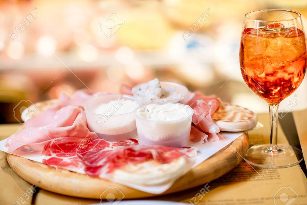 Traditionelle Italienische Aperitif Mit Proscioutto, Mortadella ...