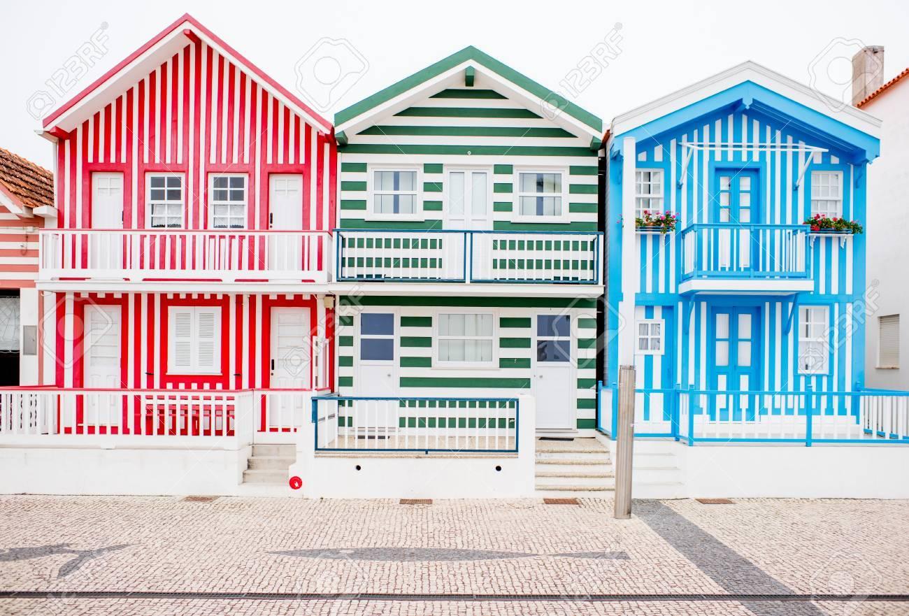 Vue sur les belles façades de maisons colorées sur la plage de Costa Nova  au Portugal