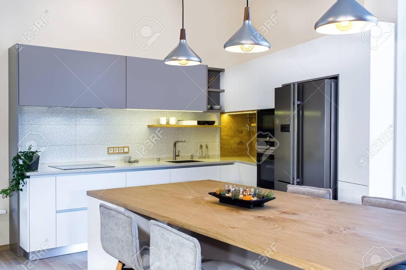 Intérieur de la maison moderne conception de cuisine moderne dans un intérieur lumineux il y a aussi un îlot de cuisine dans la pièce