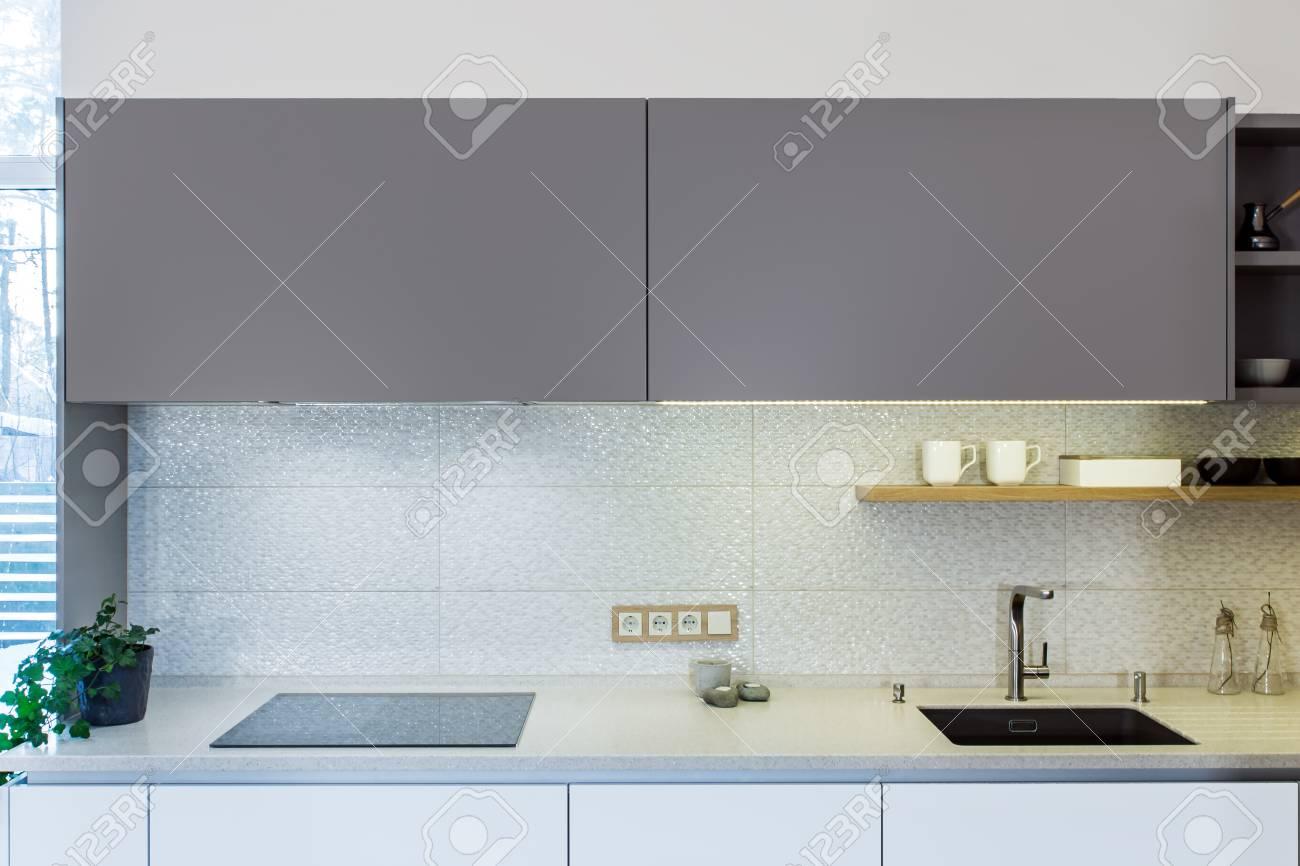Interior de casa moderna. Diseño de cocina moderna en el interior ligero.  También hay una isla de cocina en la habitación. Cocina y sala de estar ...