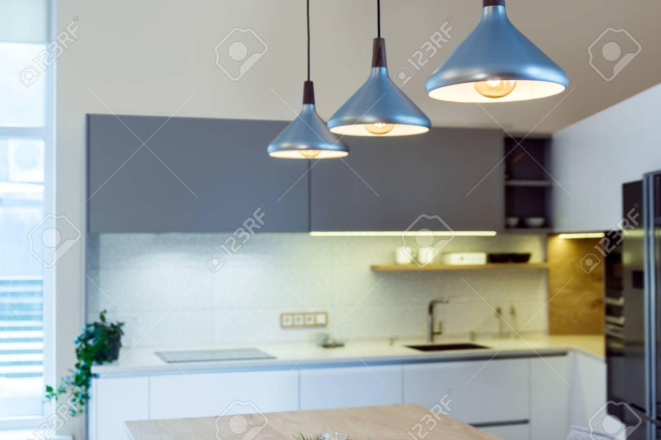 Moderne Wohnlandschaft. Float Pendelleuchte über Der Kücheninsel ...