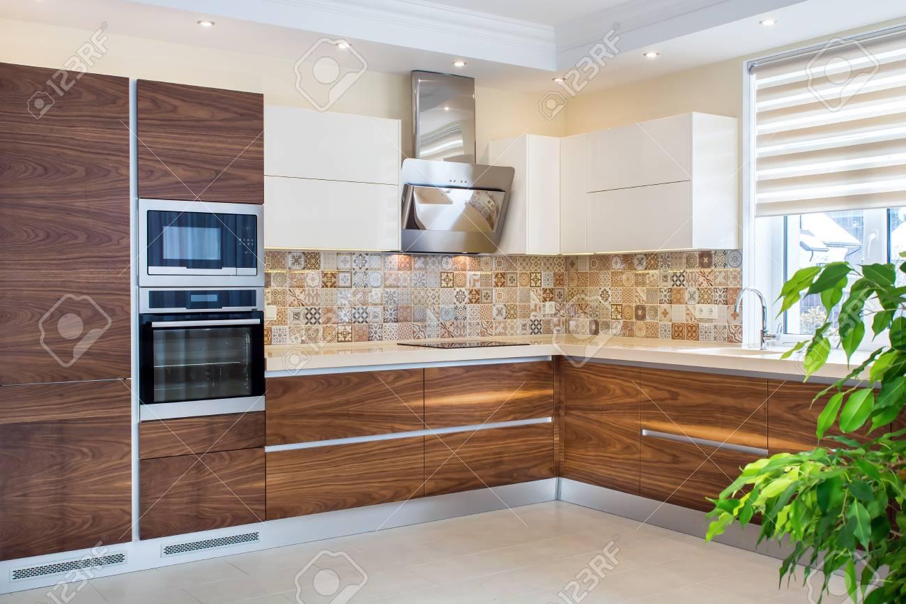 Intérieur de la maison moderne. Design moderne de la cuisine dans un  intérieur lumineux et lumineux. Les façades en bois de cuisine sont faites  de ...