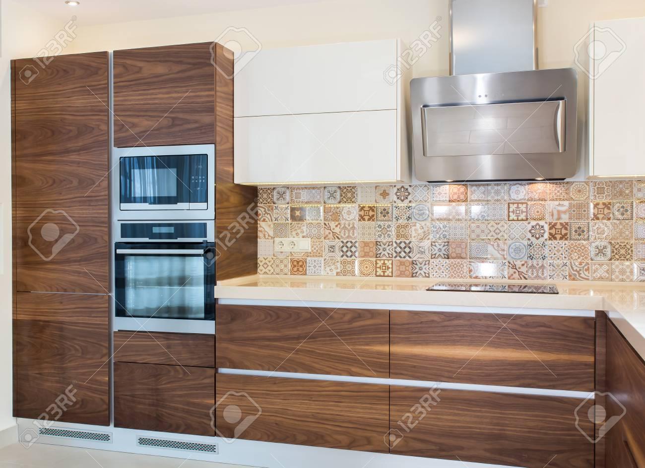 Interior Moderno De La Casa. Diseño Moderno De La Cocina En Un ...