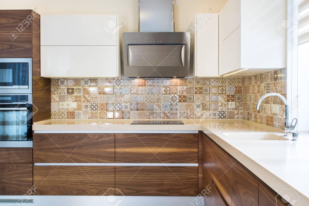 Interior moderno de la casa. Diseño moderno de la cocina en un interior  luminoso, brillante. Las fachadas de madera de la cocina se hacen de la  chapa ...
