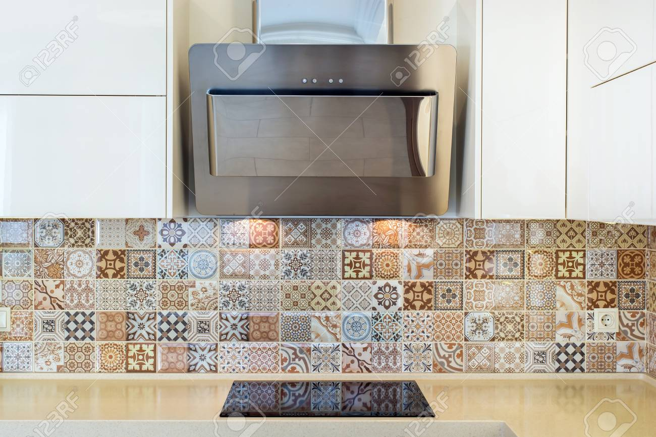 Intérieur de la maison moderne. Design moderne de la cuisine dans un  intérieur lumineux. Vue de face. Vue de la hotte, cuisinière, carreaux de  mur. ...