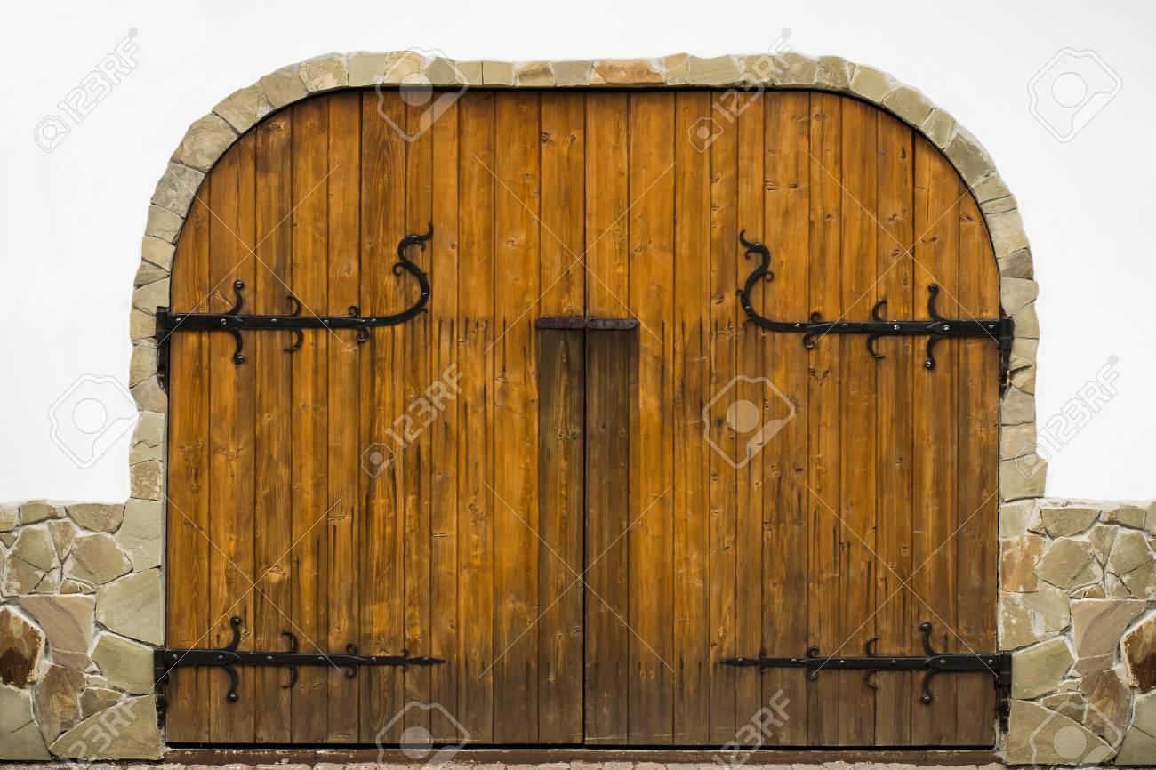 Cancello Di Legno Usato : La trama di cancelli in legno con dettagli forgiati le porte sono
