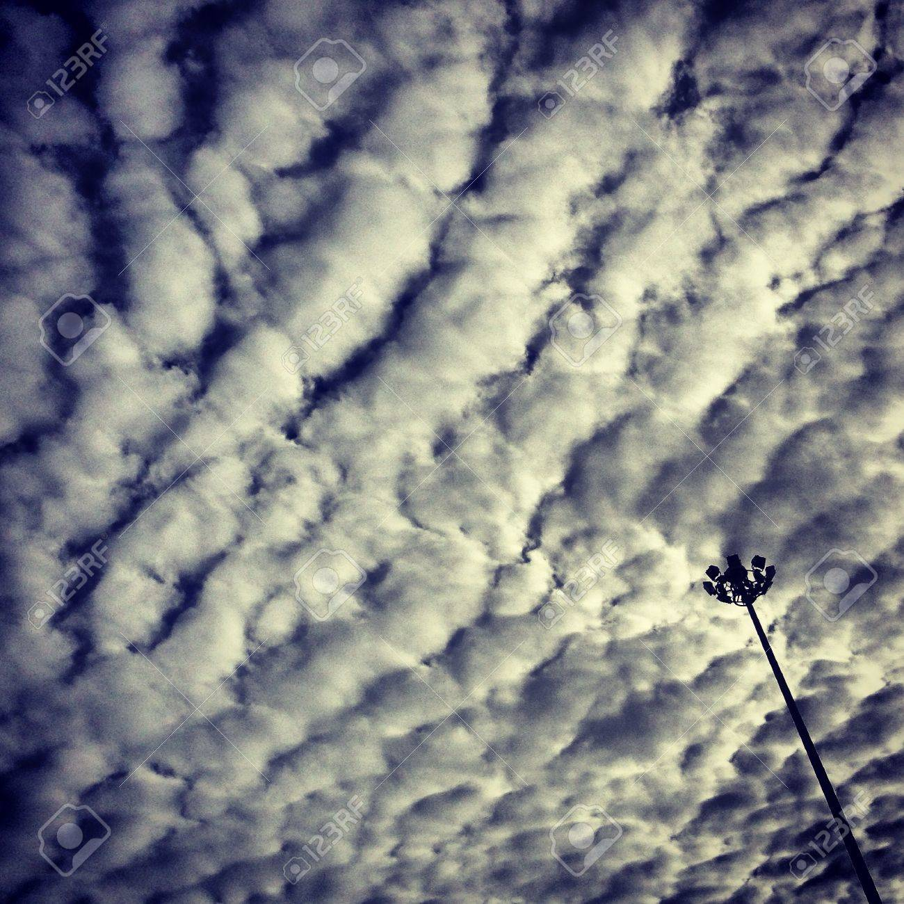 The wave cloud and the light pole - 21342197