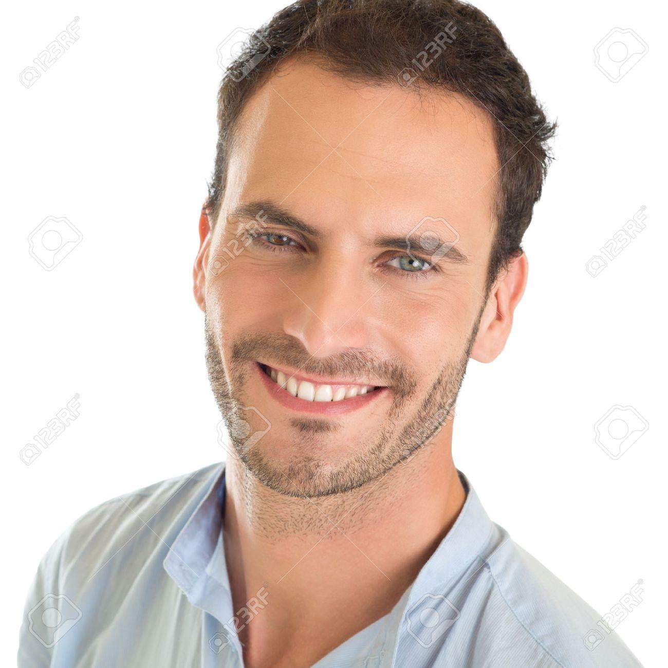 Homme Souriant closeup portrait d'un jeune homme souriant isolé sur fond blanc