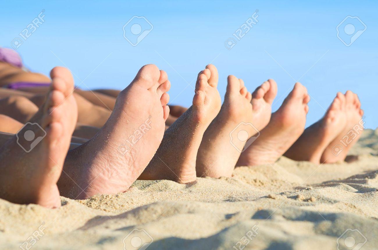 MI BLOC, QUE NO BLOG - Página 20 17374600-Primer-plano-de-la-fila-pies-acostado-en-fila-en-la-playa-de-verano-Foto-de-archivo