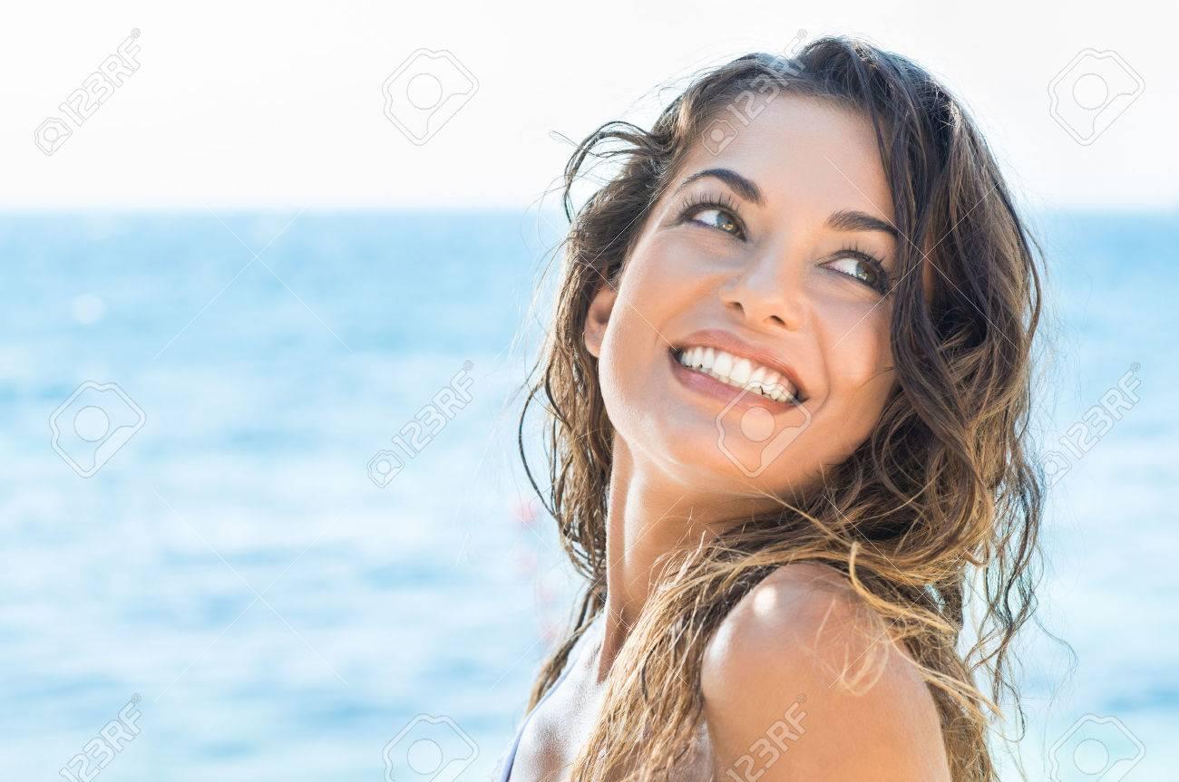 Archivio Fotografico - Ritratto Di Giovane Donna Bella Ridere Summer Beach - 35534945-Ritratto-Di-Giovane-Donna-Bella-Ridere-Summer-Beach-Archivio-Fotografico
