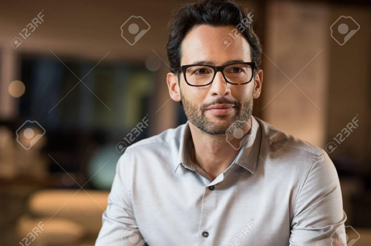 4a50fd45af82fd Portret van een jonge knappe zakenman draagt   een bril. Stockfoto -  53545327