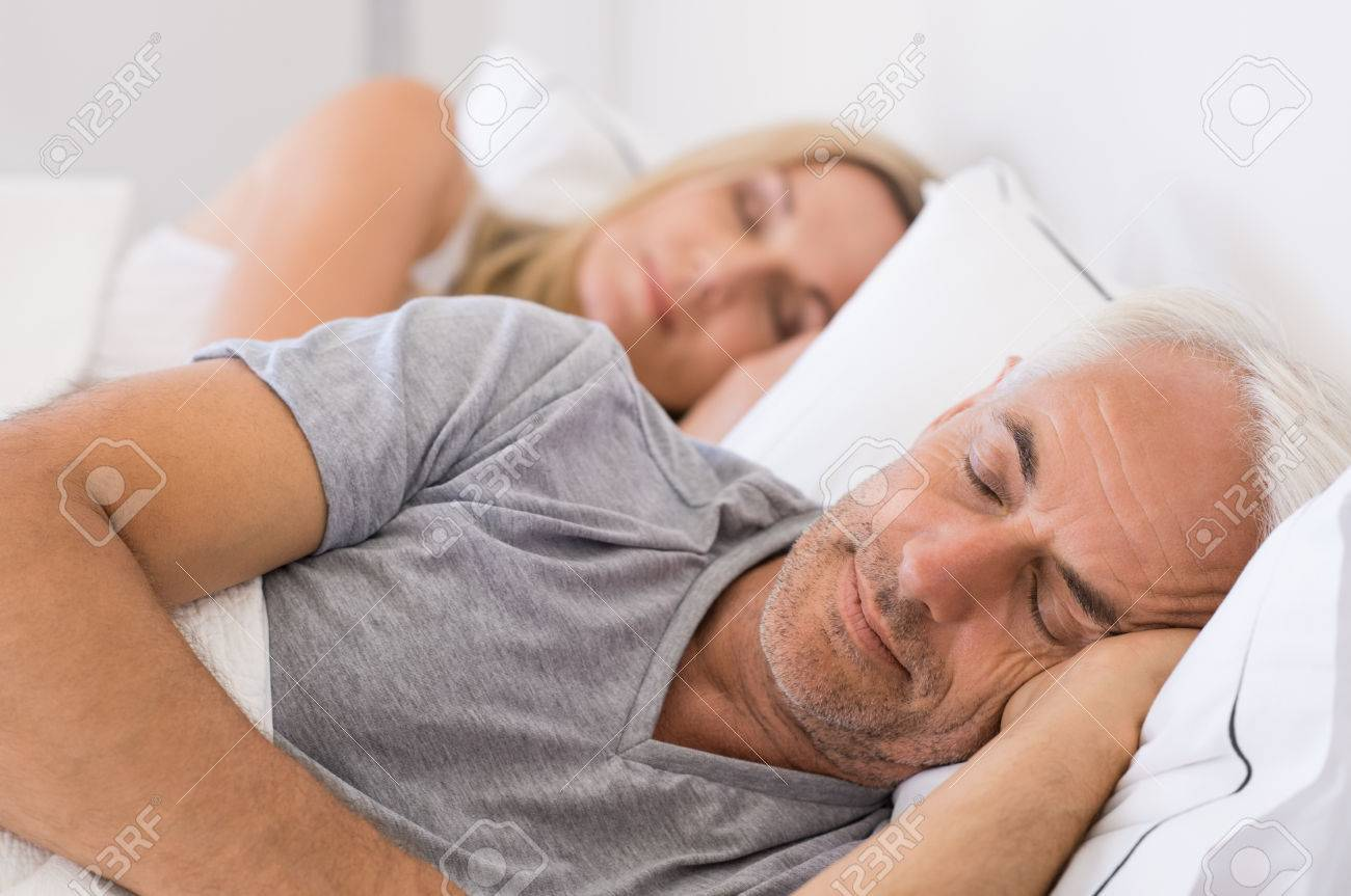 Senior homme et femme endormie. Senior homme et femme de repos, les yeux fermés. couple d'âge mûr dormir ensemble dans leur lit. Banque d'images - 56766189
