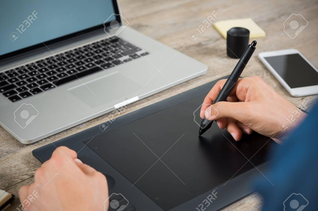 Gros plan de la main graphique dessin design sur tablette à stylet