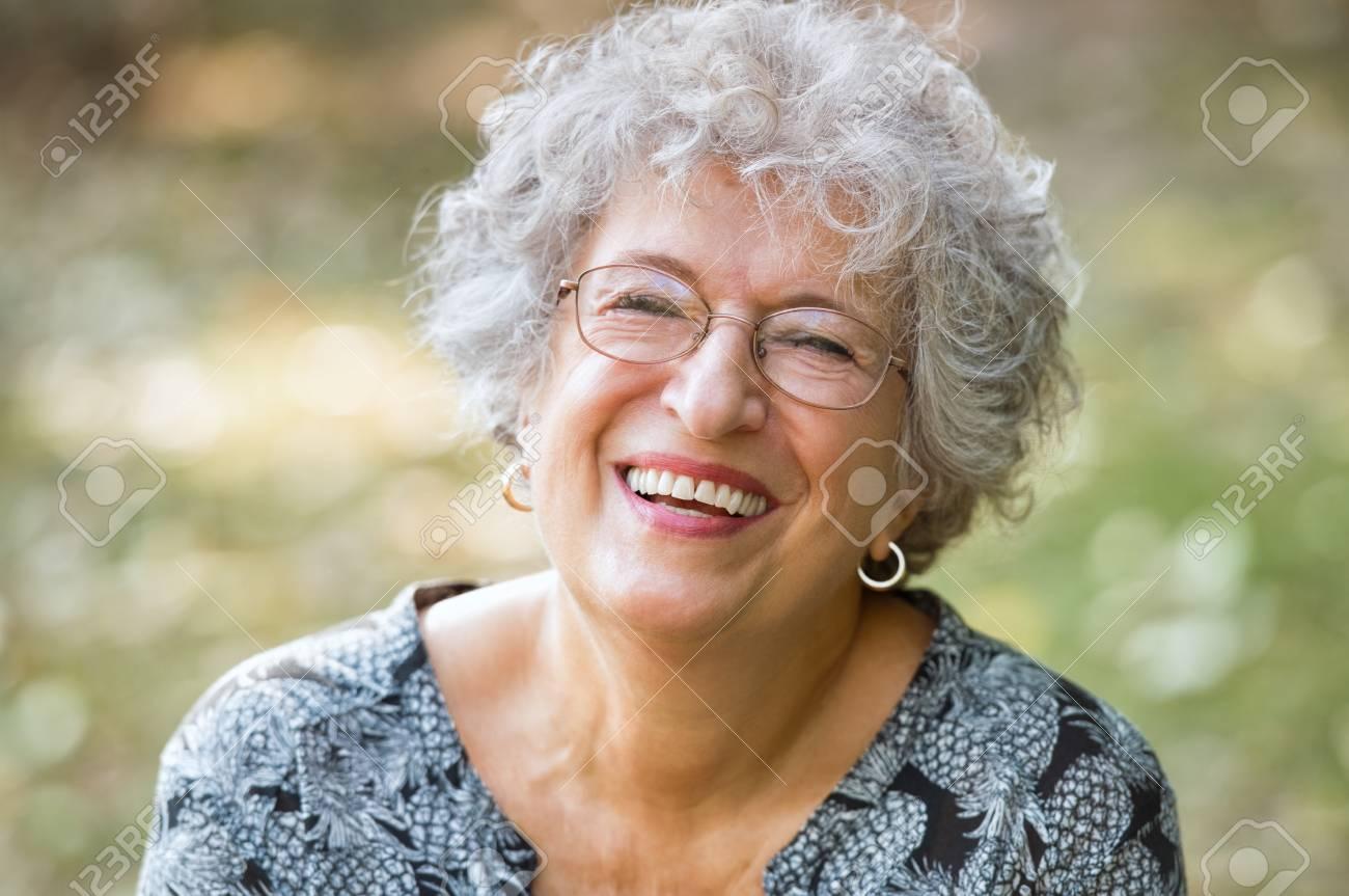 Portrait Der älteren Frau Lächelnd Und Auf Kamera Fröhlich Reife