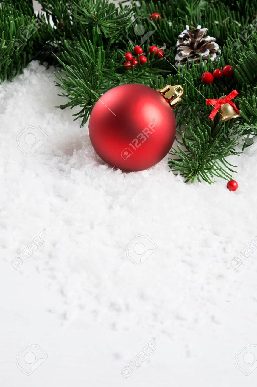 Nahaufnahme Von Weihnachtsdekoration Mit Weißem Schnee Und ...