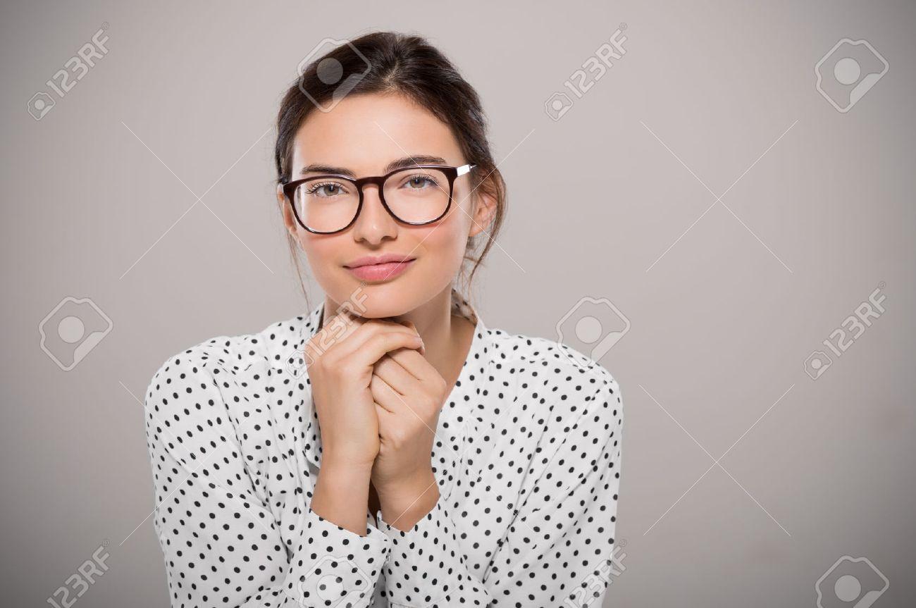 Jeune Femme Portant Des Lunettes Modernes Anf Pensée Isolé Sur Fond Gris  Avec Copie Espace. Portrait De Sourire étudiant De La Mode De Porter De  Grosses ... cc1aaa02dd8e