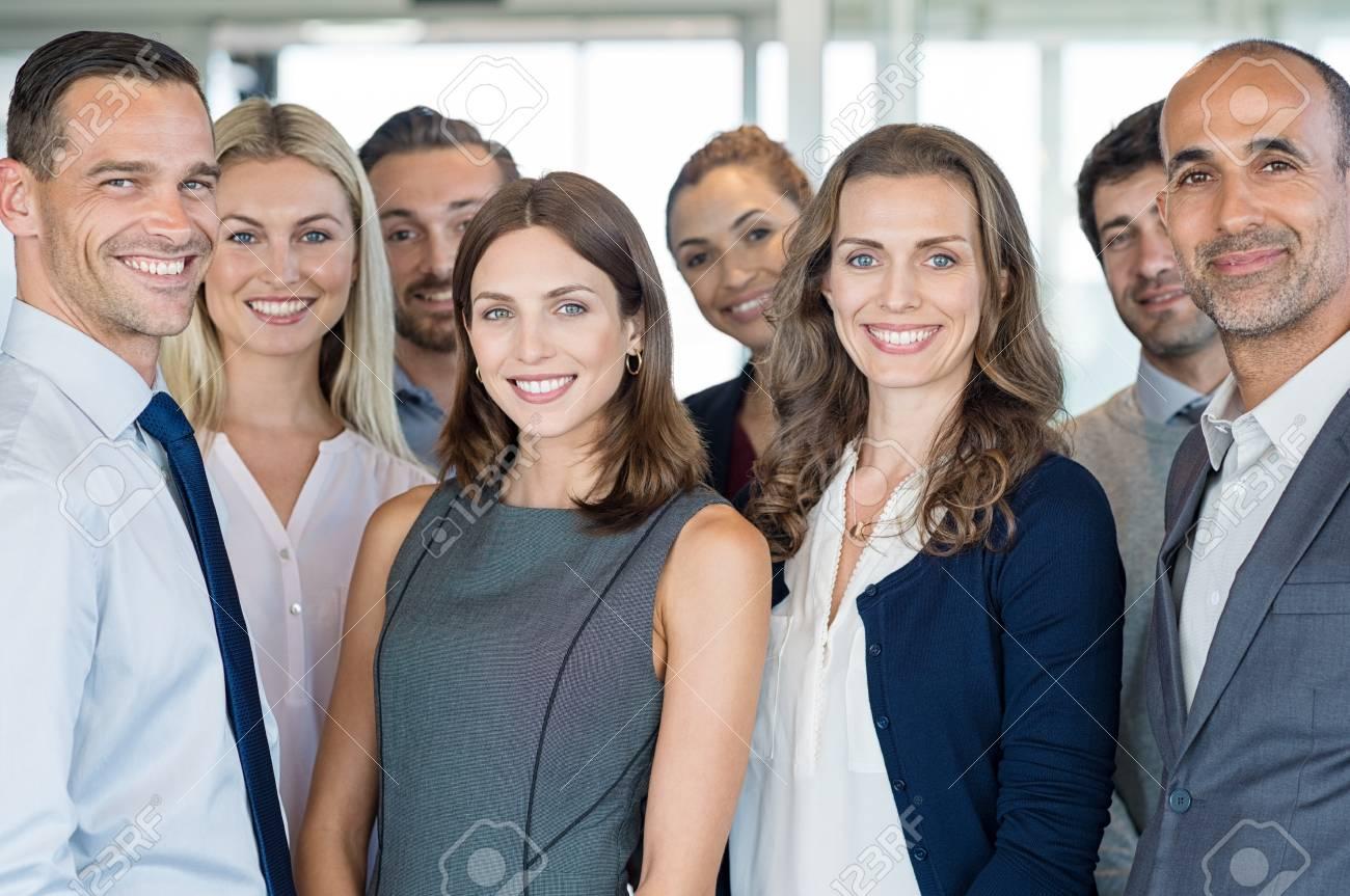 Portrait d un groupe réussi de gens d affaires au bureau moderne