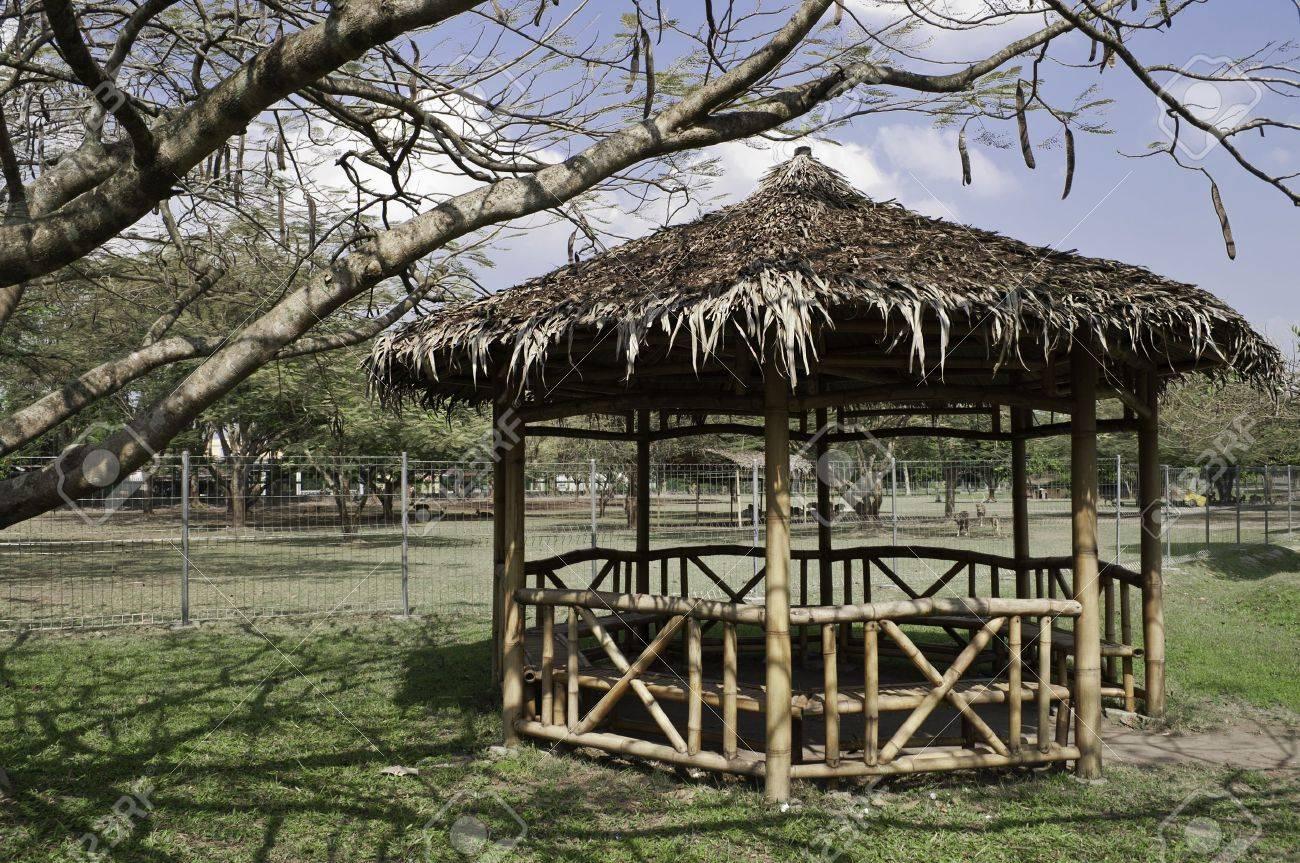 Bambus Pavillon Im Indonesischen Offentlichen Garten Unter Einem