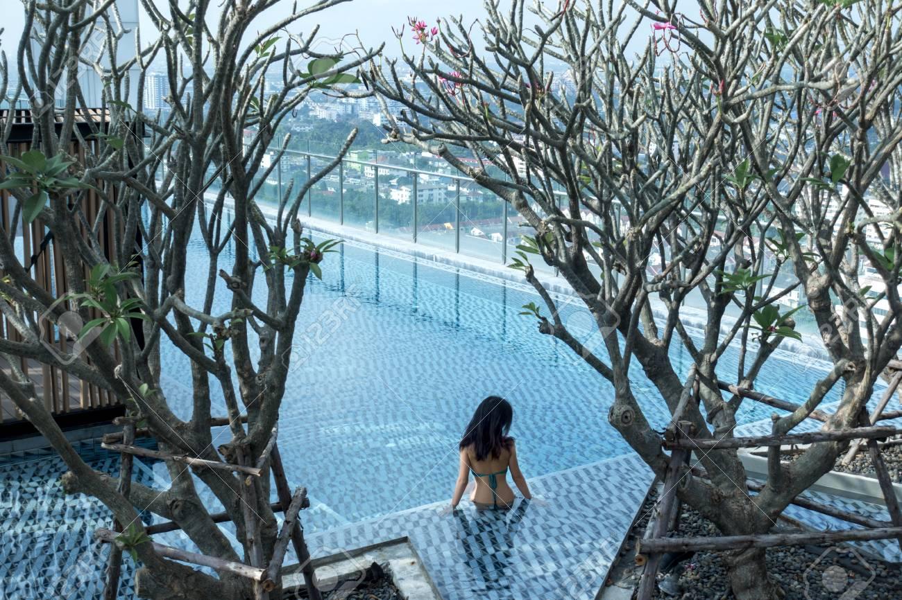 Luxus pool  Hübsches Mädchen Entspannung Im Großen Luxus-Pool Lizenzfreie Fotos ...
