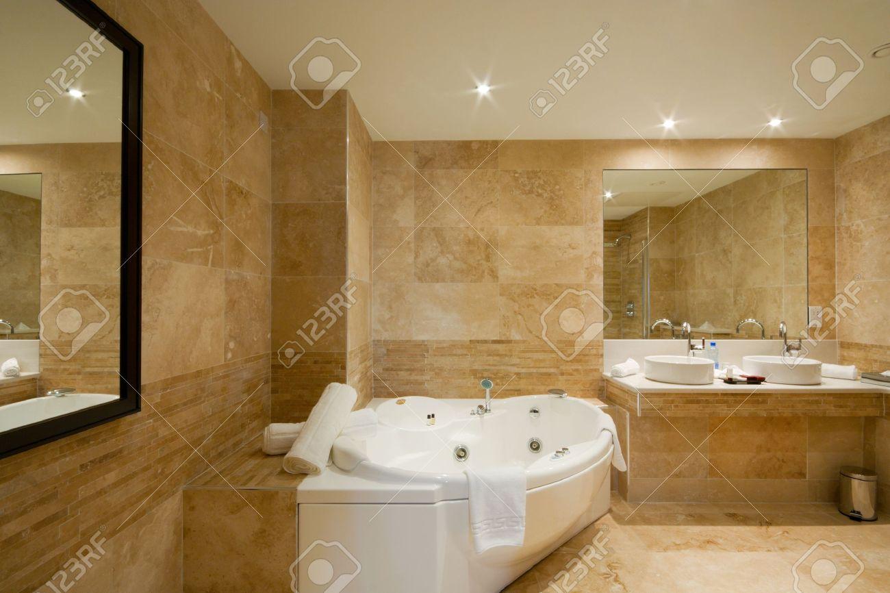 arredamento bagno moderno con mattonelle di marmo e specchio foto ... - Arredo Bagno In Marmo