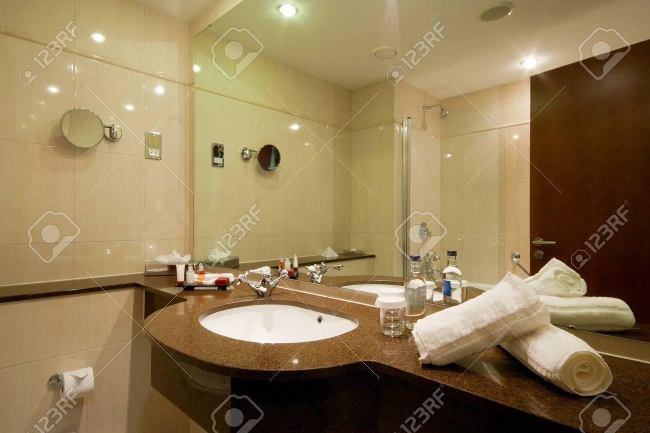 arredamento bagno moderno, lavandino in marmo e rubinetto foto ... - Arredo Bagno Moderno In Marmo