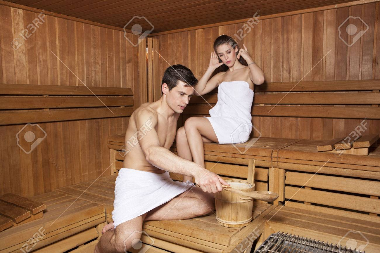 privel-v-saunu-i-trahnul-russkiy-paren-lizhet-zhopu-onlayn