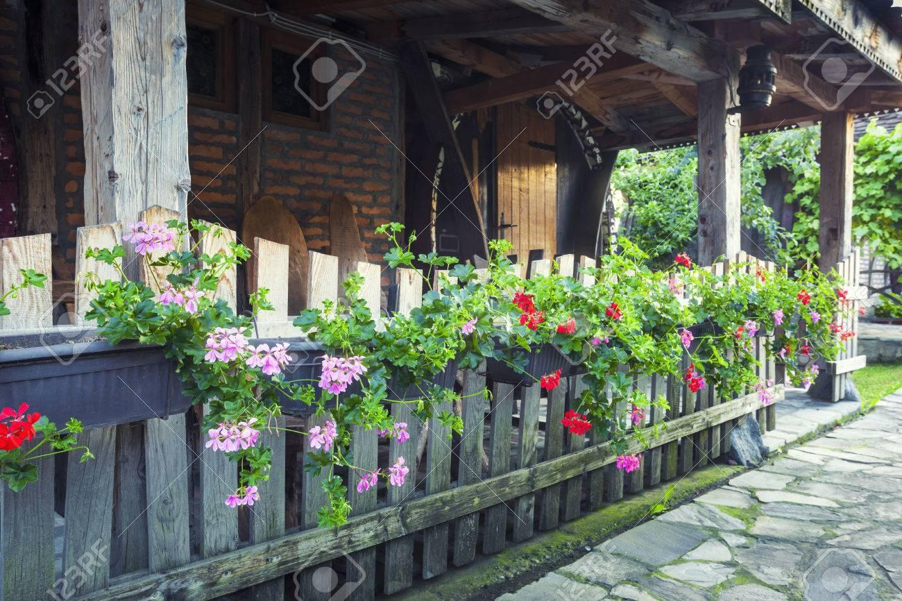 Maison Ancienne Terrasse Avec Des Fleurs Sur La Cloture En Bois