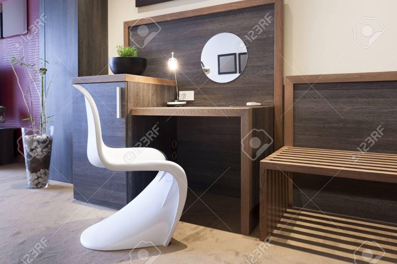 Bureau et chaise dans l\'hôtel de luxe intérieur de la chambre