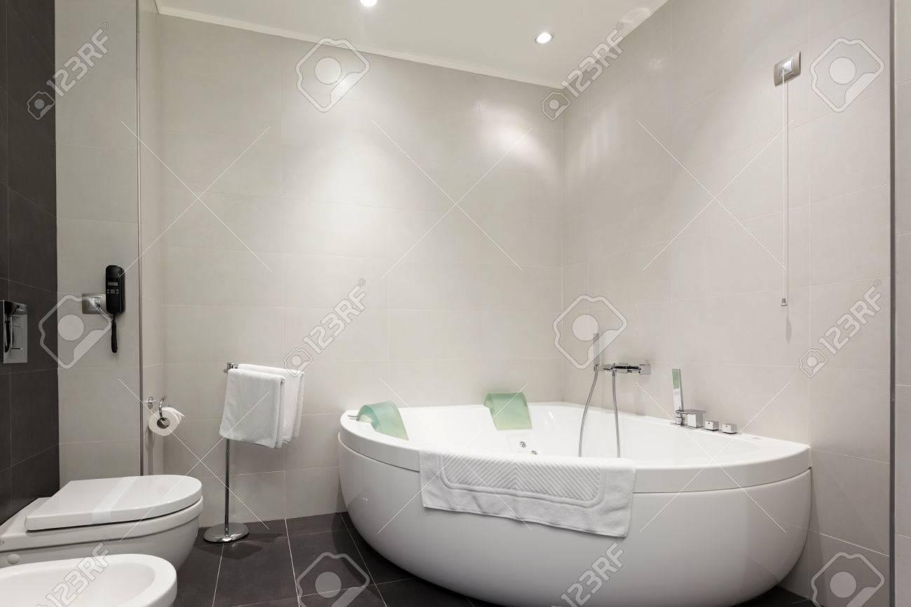 Hôtel Salle De Bains Intérieure Avec Jacuzzi Banque D\'Images Et ...