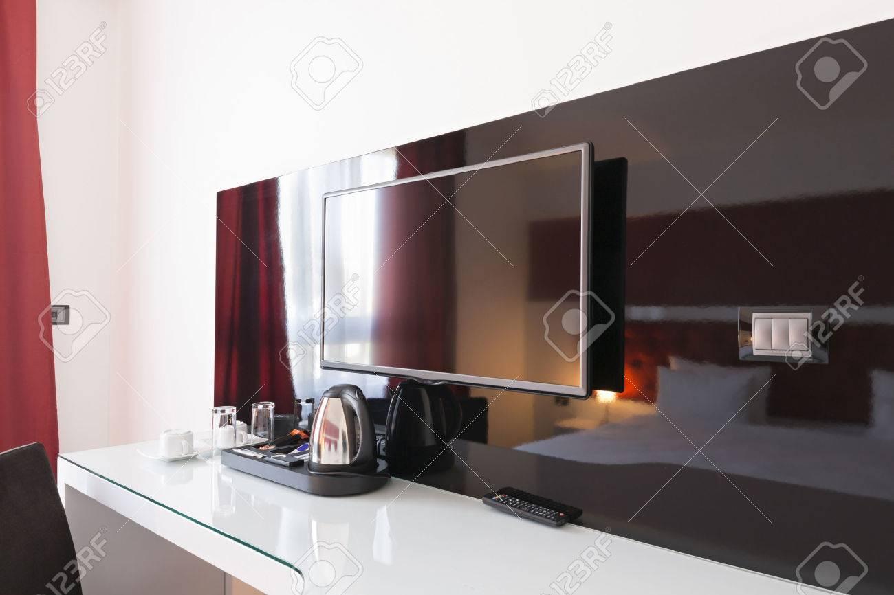 Bureau et TV dans la chambre d\'hôtel moderne