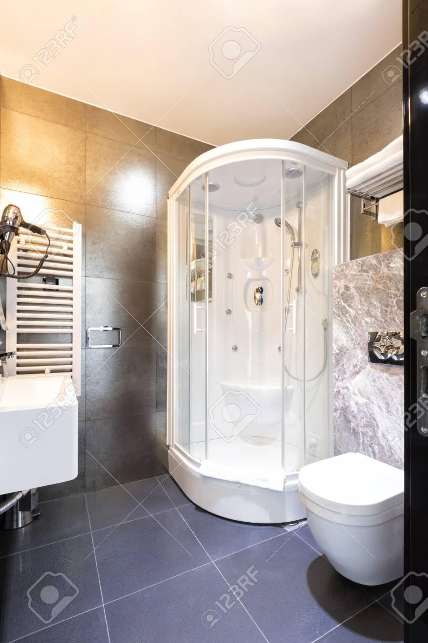Elegante cuarto de baño interiores