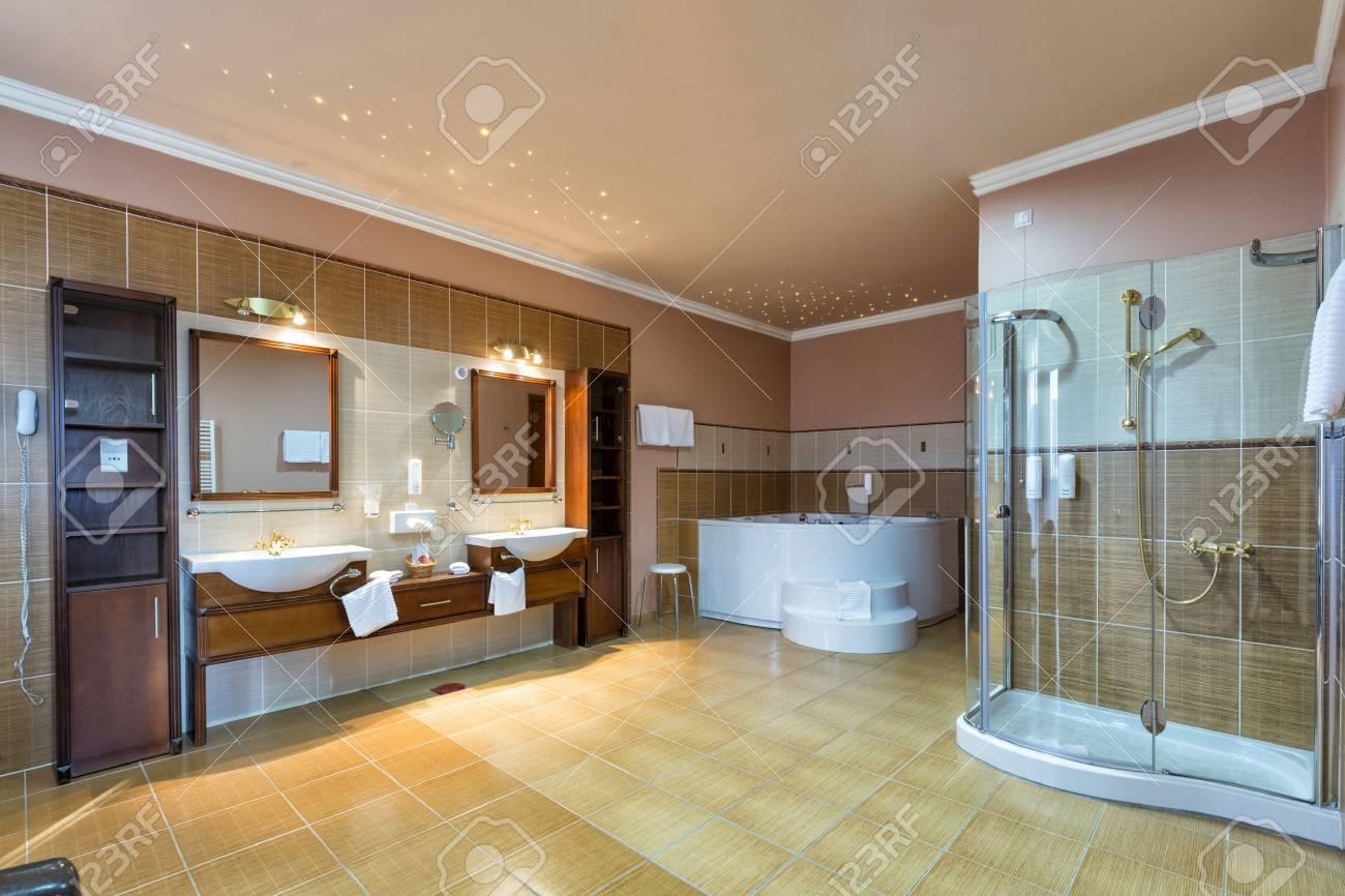 Geraumiges Bad Mit Zwei Waschbecken Lizenzfreie Fotos Bilder Und