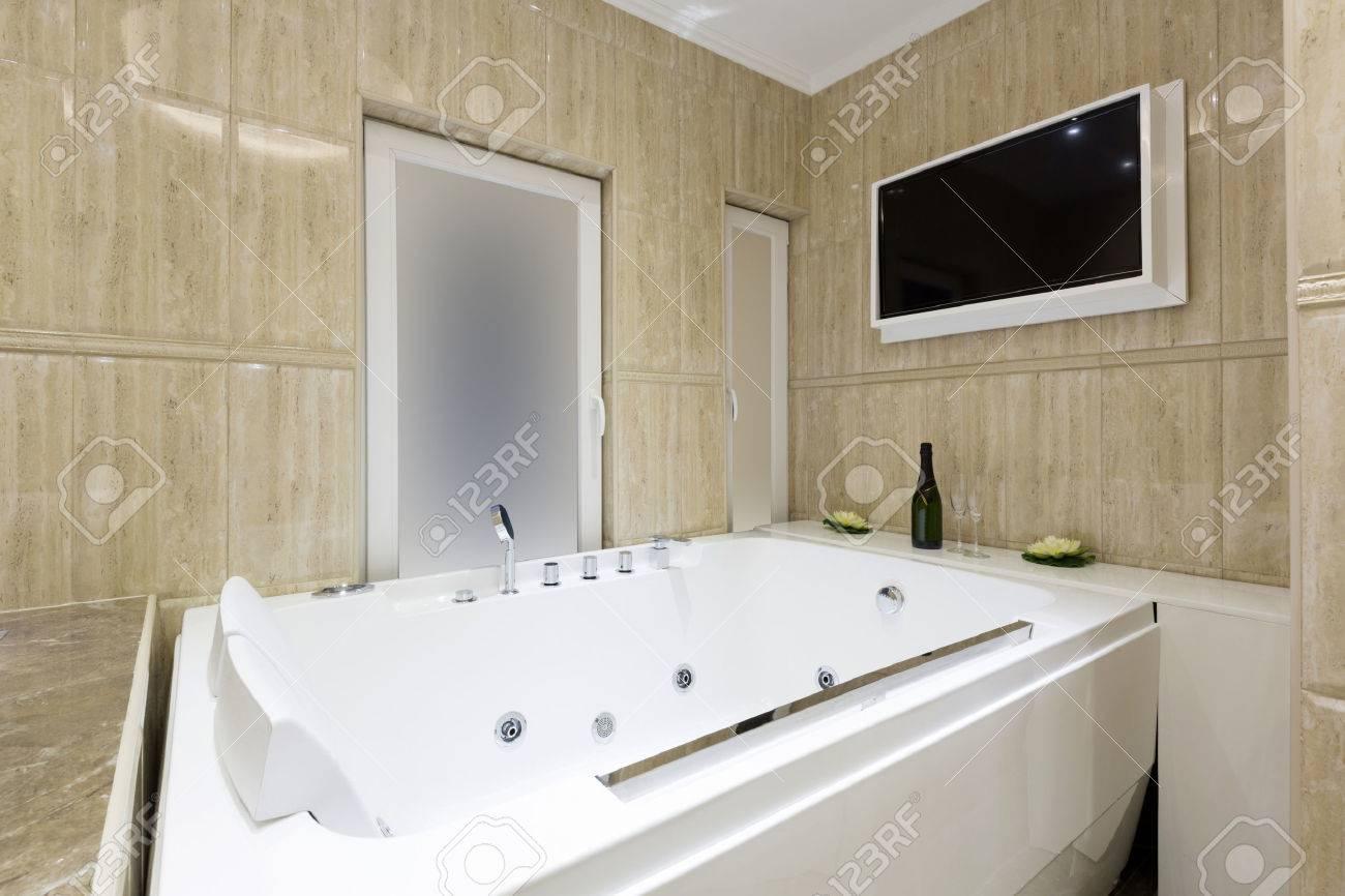 Tele Salle De Bain bain à remous et d'un écran de télévision dans la salle de bains de luxe