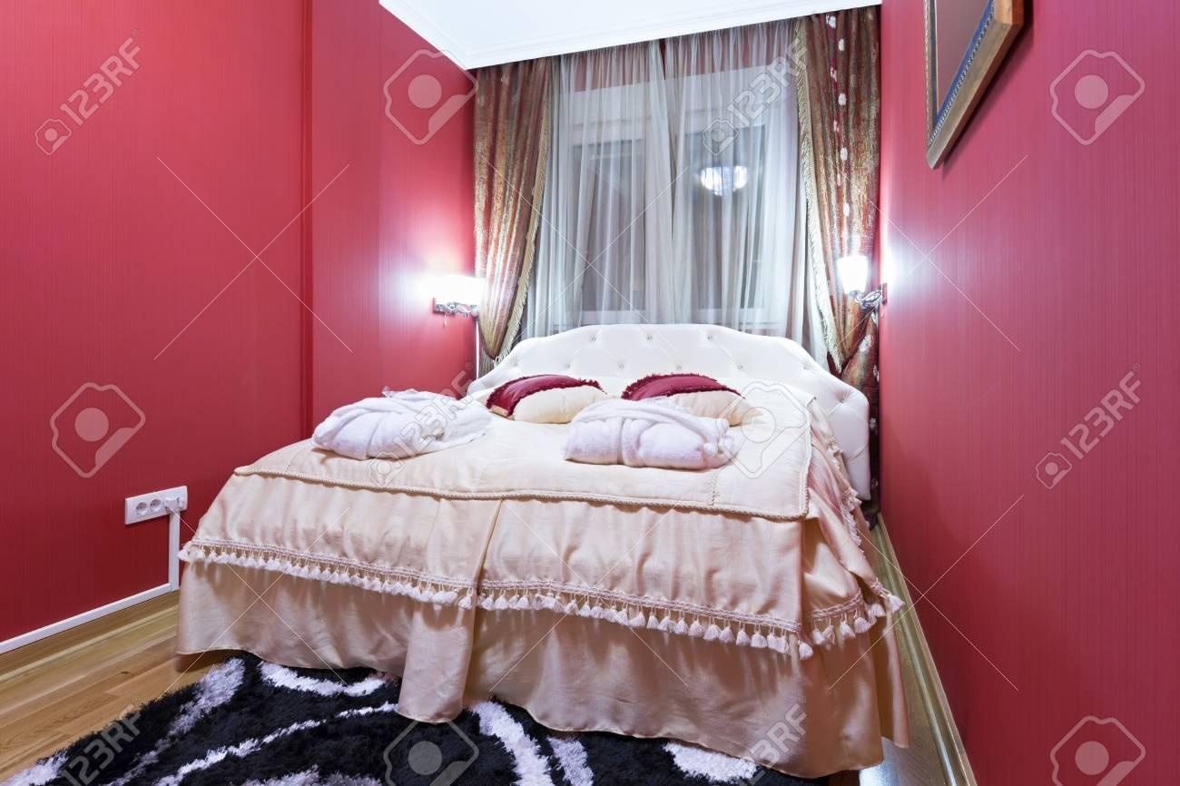 Stanze Da Letto Rosse : Interno di una camera da letto con pareti rosse foto royalty free