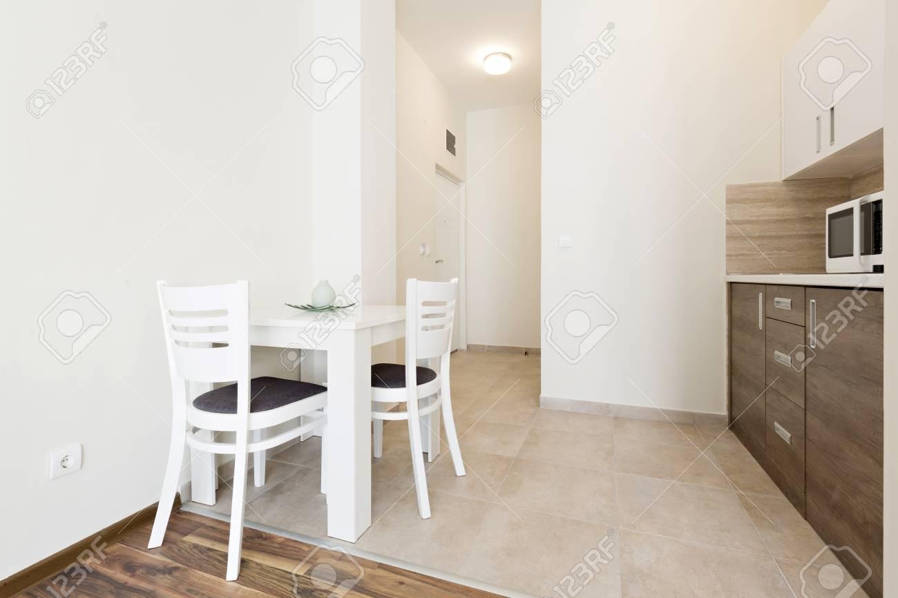 Petite Cuisine Appartement intérieur d'une petite cuisine de l'appartement banque d'images et