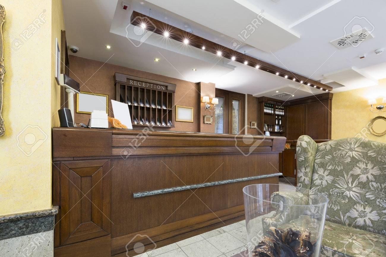 Hall de réception avec un bureau de réception en bois banque d