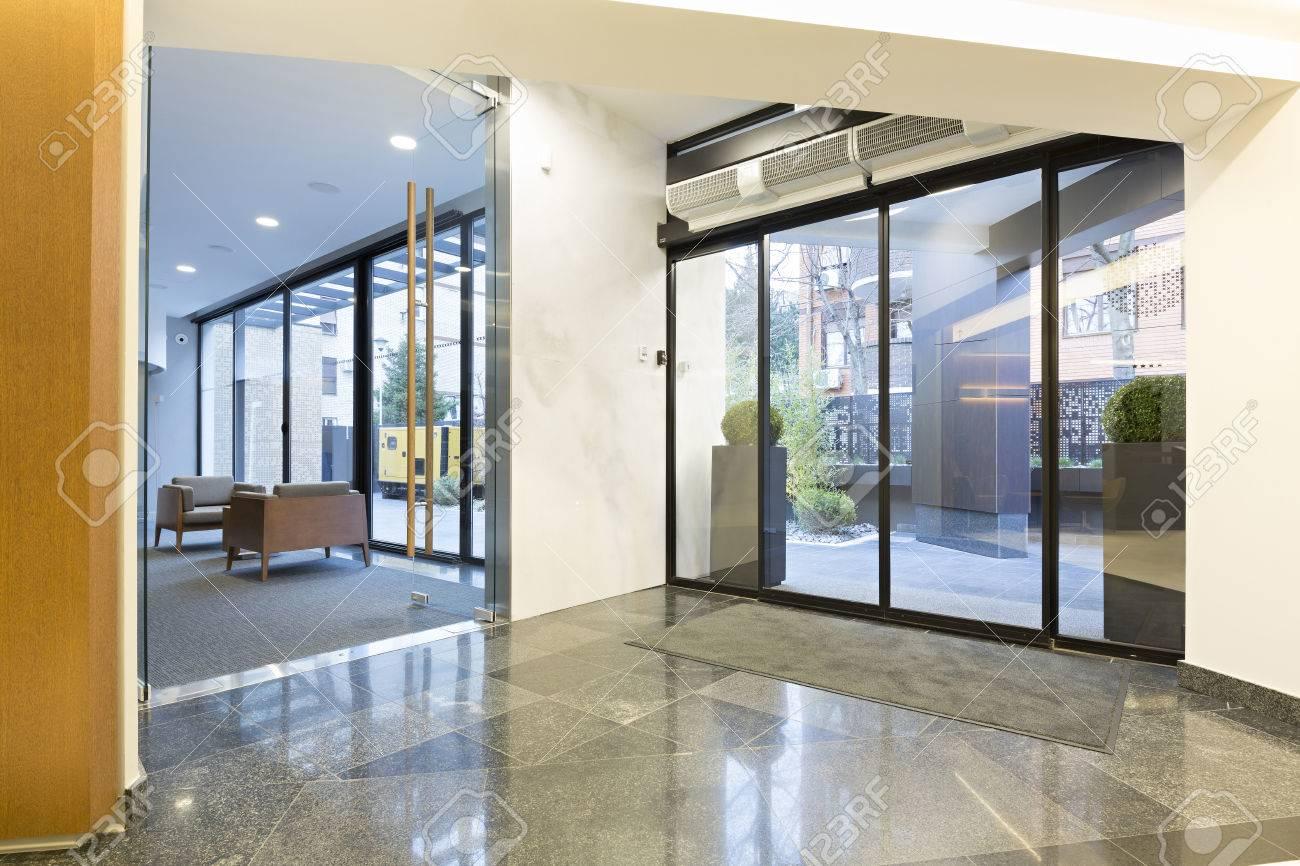 Hall D Entrée Moderne hall d'entrée d'un immeuble moderne