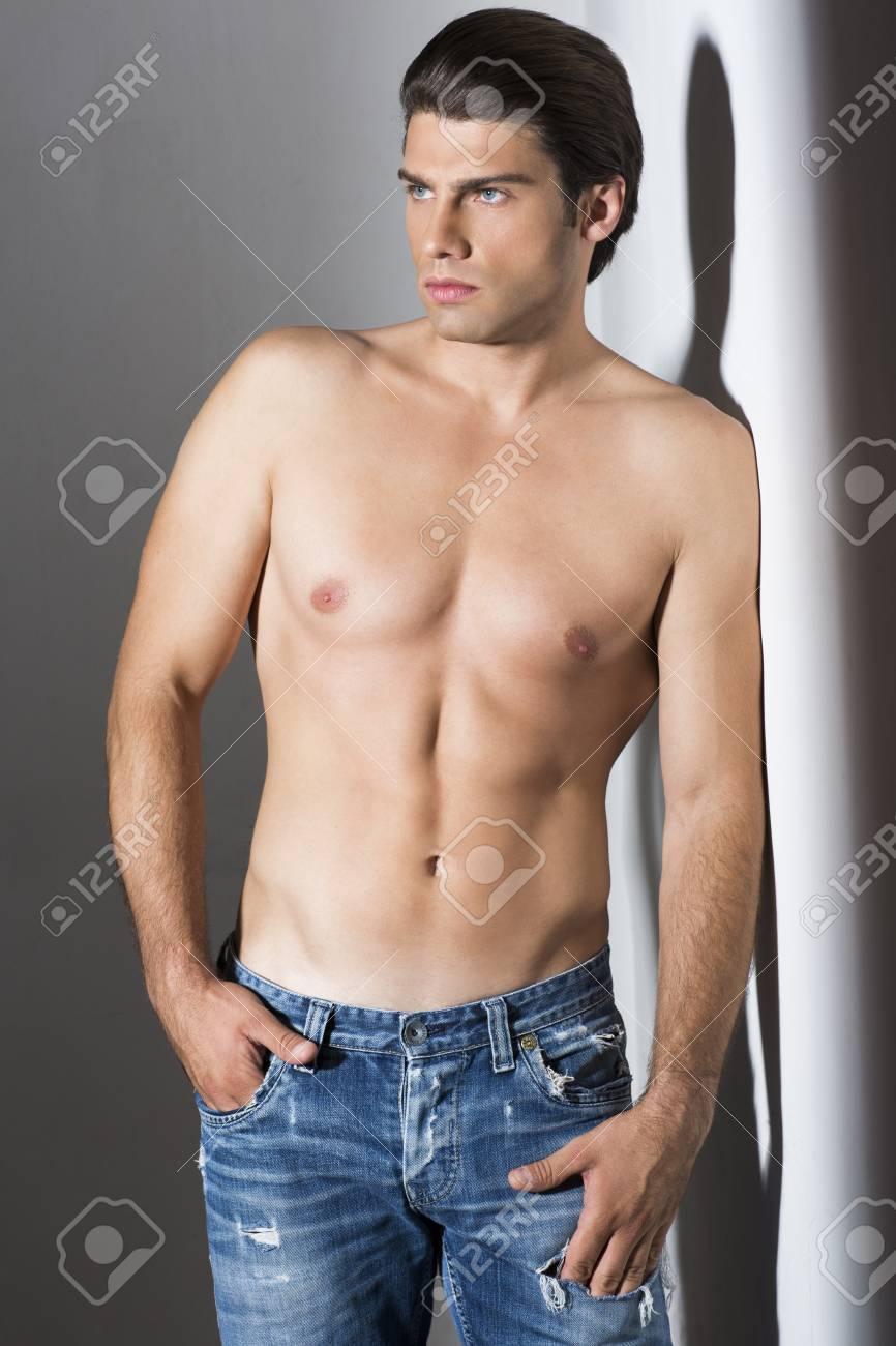 torse nu homme musclé en jeans banque d images et photos libres de