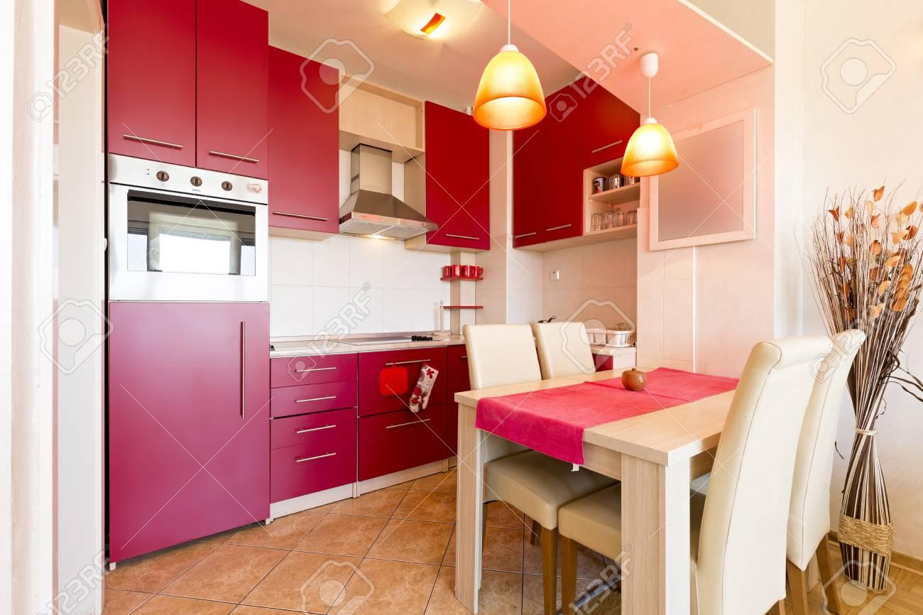 L\'Inter Di Una Cucina Con Sala Da Pranzo Foto Royalty Free, Immagini ...