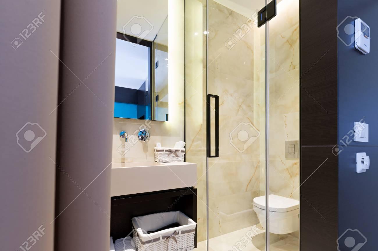 Moderne Witte Badkamer : Moderne witte badkamer hoek u stockfoto denisismagilov