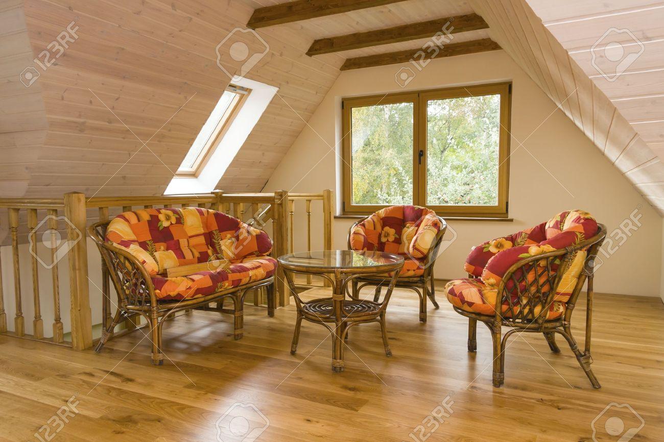 Banque Du0027images   Chambre Mansardée Avec Salon De Jardin Murs Recouverts De  Planches De Bois, Des Poutres Au Plafond