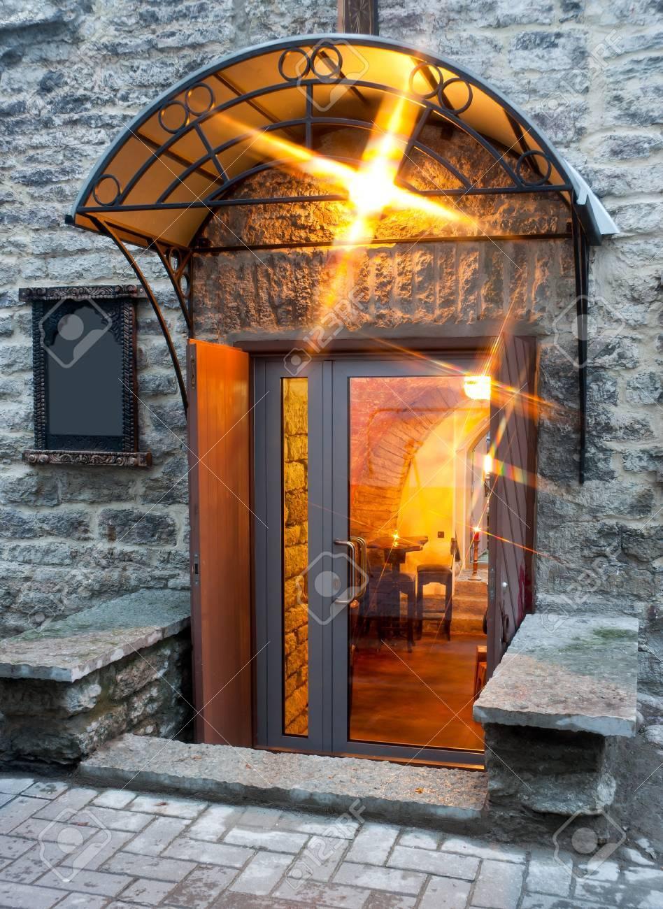 un ingresso illuminato con tenda da sole e una grande porta di