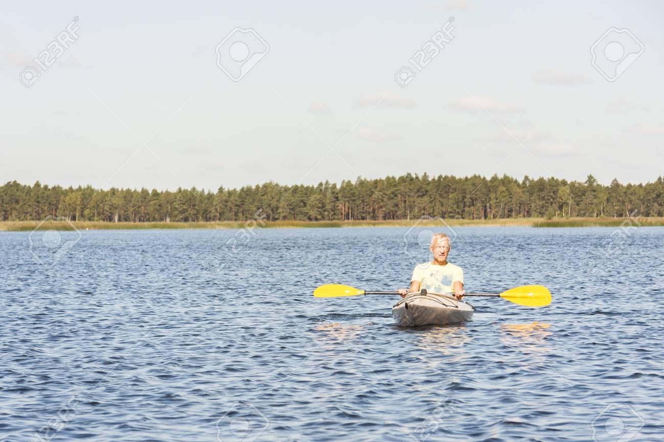 Giallo In Immagini T L'uomo Unità Un Canoa Kayak Shirt Stock O PXTuZOki