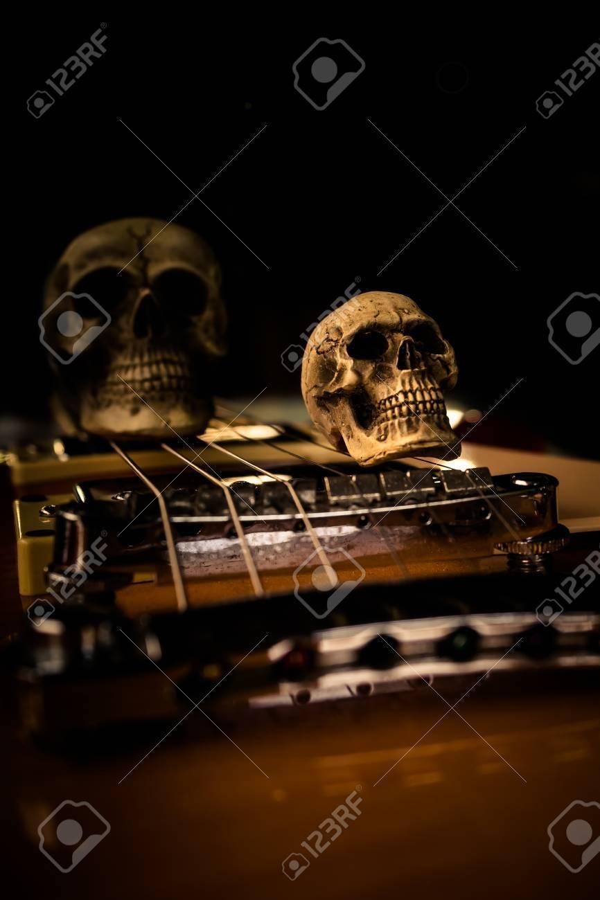 Todavía Vida Con El Cráneo Y La Guitarra Eléctrica Fotos, Retratos ...