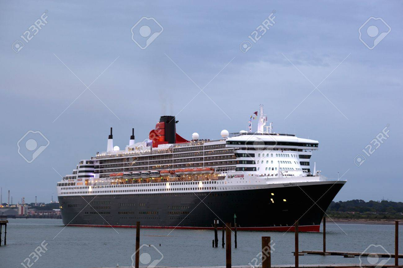 Southampton Uk 5 Juni Cunard Schiff Queen Mary 2 Segel In Der