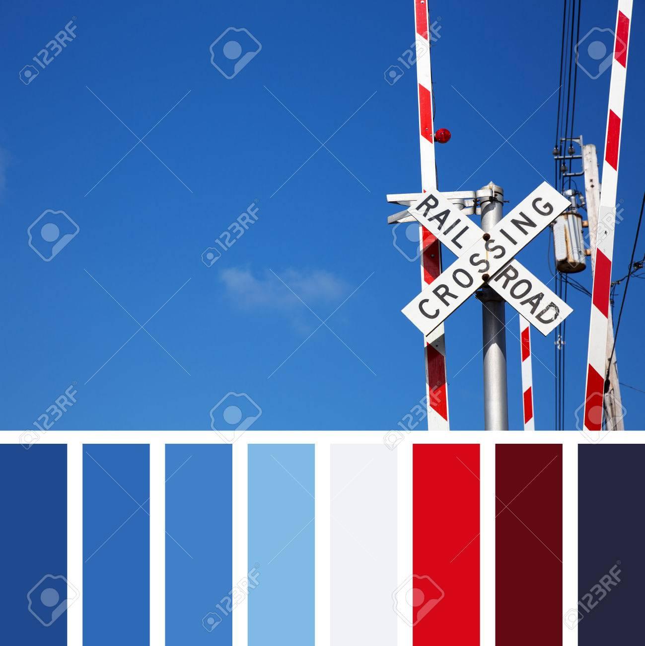 Railroad Crossing Sign Fond De Ciel Bleu Dans Une Palette De