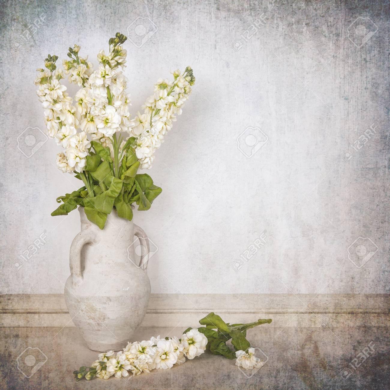Immagini Stock Un Vaso Di Scorte Di Avorio Su Sfondo Bianco