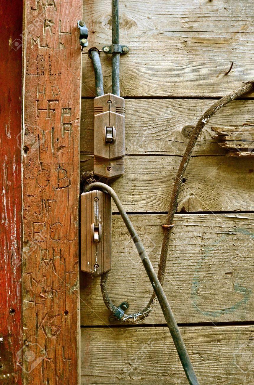 Cableado Eléctrico Anticuado En Un Antiguo Granero Con Tallas En El ...